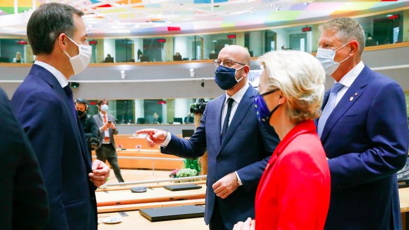 Premier Belgii Alexander De Croo, przewodniczący Rady Europejskiej Charles Michel, przewodnicząca Komisji Europejskiej Ursula von der Leyen i prezydent Rumunii Klaus Iohannis podczas rozmowy w przerwie szczytu, źródło: EC - Audiovisual Service/European Union 2020, fot. Etienne Ansotte