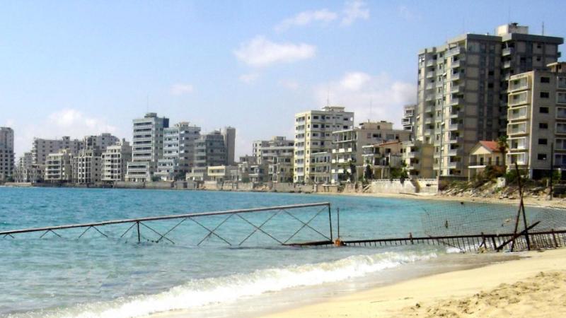 Warosia na Cyprze była kiedyś najpopularniejszym na wyspie kurortem, ale obecnie jest opuszczona w wyniku tureckiej inwazji z 1974 r., fot. TomasNY at English Wikipedia (CC BY-SA 3.0)