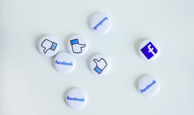 Facebook będzie usuwał treści negujące Holokaust (Photo by NeONBRAND on Unsplash)