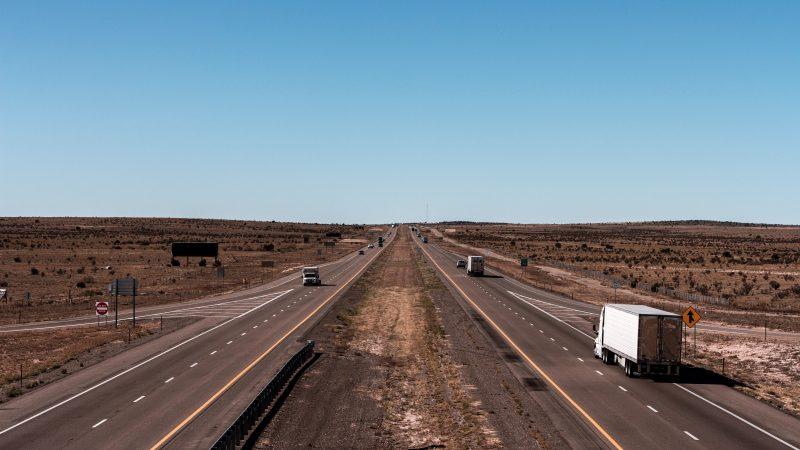 Dziewięć krajów jest obecnie przeciwnych tzw. pakietowi drogowemu. Siedem z nich złożyło skargi do TSUE na nowe przepisy (Photo by Jahongir ismoilov on Unsplash)