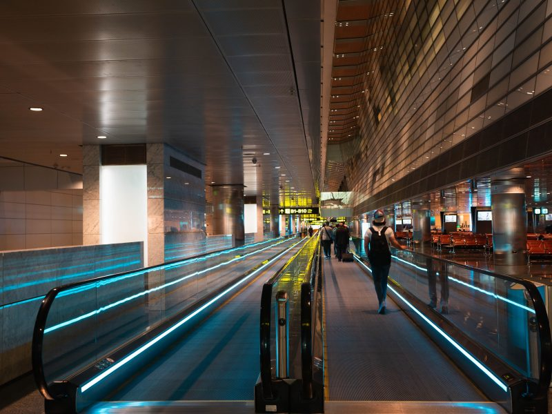 Lotnisko Hamad w Doha to popularny punkt przesiadkowy (Photo by Miu Sua on Unsplash)