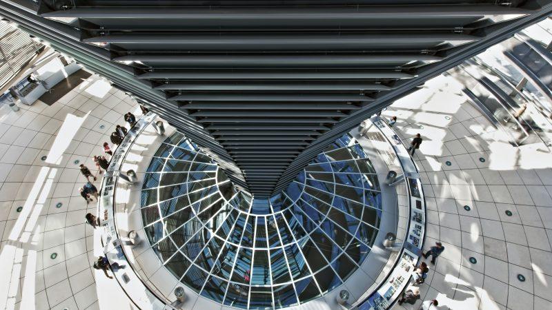 Do ataku hakerskiego na wewnętrzną sieć komputerową Bundestagu doszło w maju 2015 r. (Photo by Ricardo Gomez Angel on Unsplash)