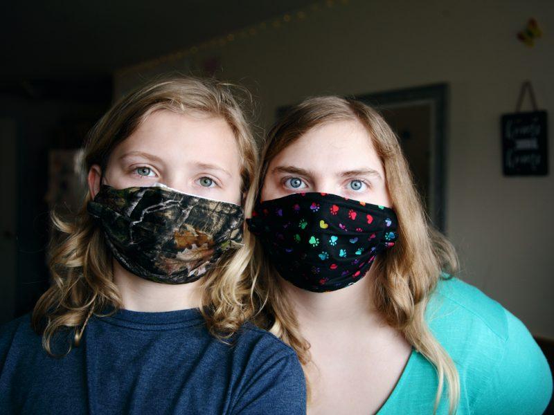 Noszenie maseczek okaże się kluczowe w walce z koronawirusem? (Photo by Sharon McCutcheon on Unsplash)