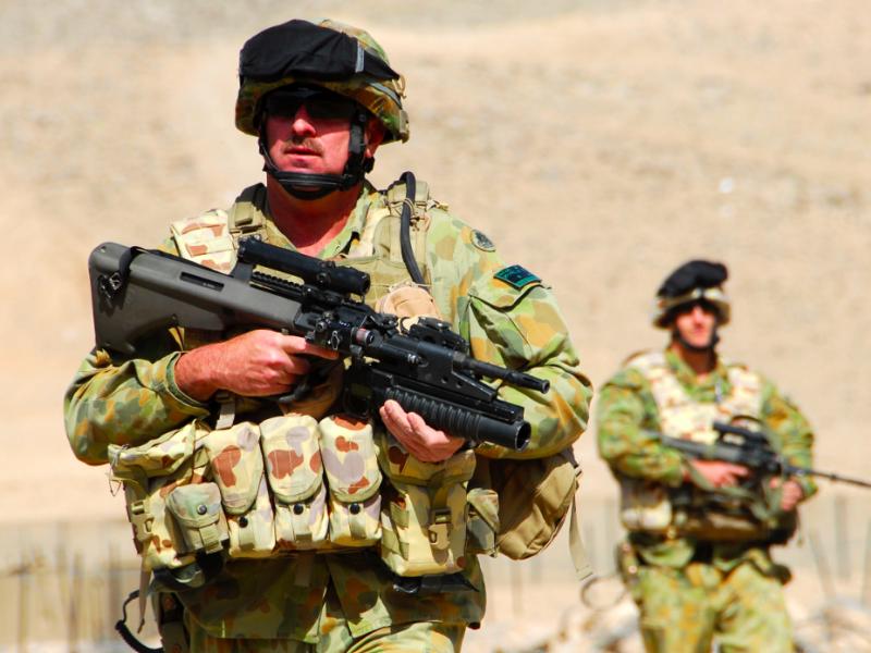 Australijski żołnierz podczas patrolu w Afganistanie, źródło: Wikipedia/ISAF Headquarters Public Affairs Office (CC BY 2.0)