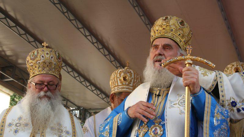 Biskup Irinej (z prawej). Obok niego - z lewej - metropolita Dabaru i Bośni biskup Hrizostom, który obecnie pełni funkcję zwierzchnika Serbskiej Cerkwi Prawosławnej po śmierci Irineja, źródło: Wikipedia, fot. Ванилица (CC BY-SA 4.0)