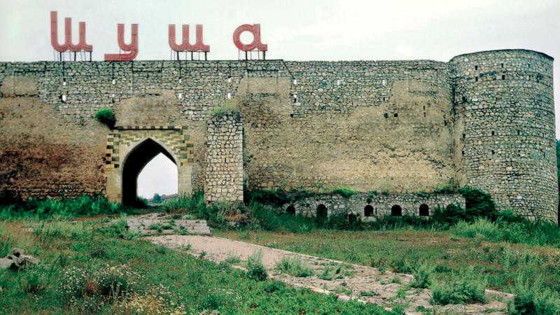 Fragment zabytkowych murów miejskich Szuszy, źródło: Wikipedia/Presidential Press and Information Office (CC BY 4.0)