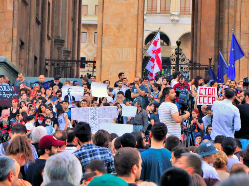 Protesty przed parlamentem w Tbilisi, źródło: Wikipedia, fot. George Melashvili (CC BY-SA 4.0)