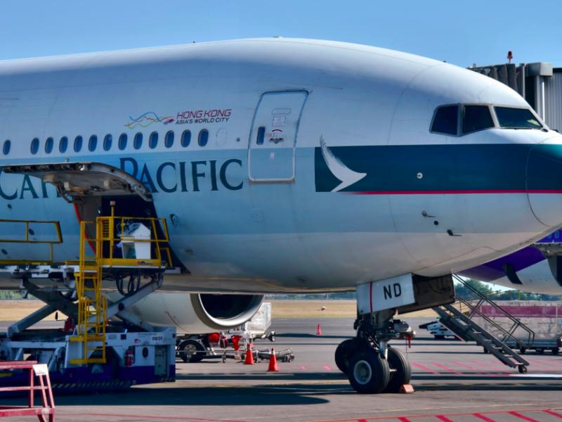 Samolot linii Cathay Pacific, źródło: Wikipedia, fot. Bahnfrend (CC BY-SA 4.0)