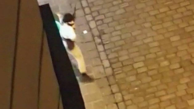 Sprawca ataku w Wiedniu na jednym z amatorskich nagrań, źródło: Twitter/Kristina Kral (@KristinaKral7)