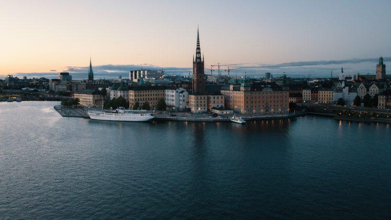 Mimo pandemii życie w Sztokholmie toczy niemal całkowicie normalnie (Photo by Jon Flobrant on Unsplash)