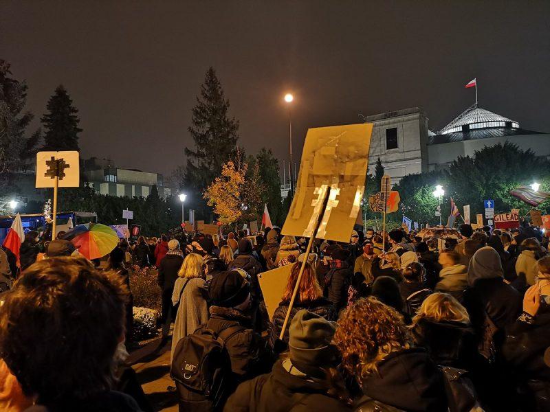 Strajk Kobiet w Warszawie. Źródło: Kampania Przeciw HomofobIi (Twitter)