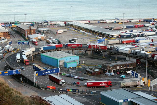 Ciężarówki w dokach wschodniej części Dover, źródło: www.geograph.org.uk, © Copyright Oast House Archive (CC BY-SA 2.0)