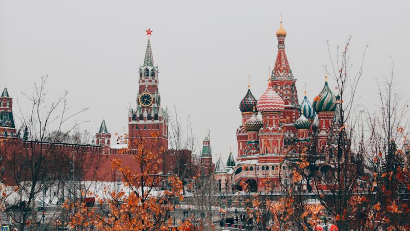 Czy w Rosji z powodu pandemii zmarło więcej osób niżdotąd podawano? (Photo by Michael Parulava on Unsplash)