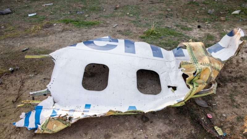 Fragment kadłuba zestrzelonej ukraińskiej maszyny znaleziony w Teheranie, źródło: Wikipedia/Mehr News Agency (CC BY 4.0)
