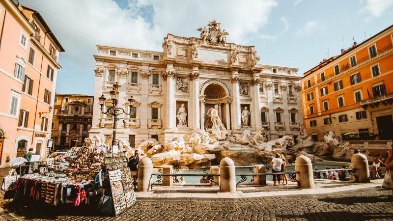 Słynna fontanna di Trevi w Rzymie zwykle otoczona jest przez turystów bardzo szczelnie, ale nie w tym roku (Photo by Christopher Czermak on Unsplash)