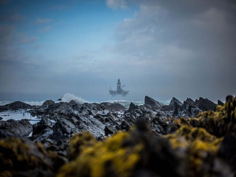 Morska platforma wiertnicza (Photo by Clyde Thomas on Unsplash)