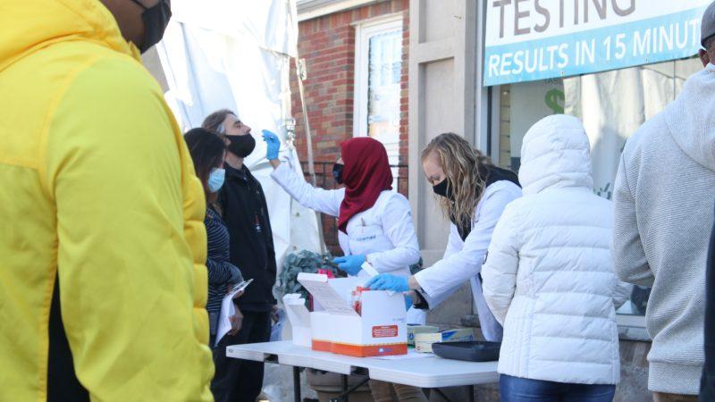 Pobieranie wymazów do testów na koronawirusa (Photo by Jakayla Toney on Unsplash)