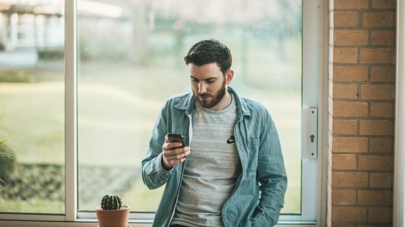 Popularność szyfrowanych komunikatorów - w tym Signala - stale rośnie )Photo by Thom Holmes on Unsplash)