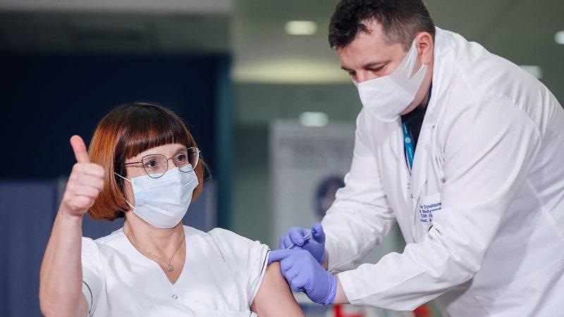 Pierwsze szczepienie przeciwko COVID-19