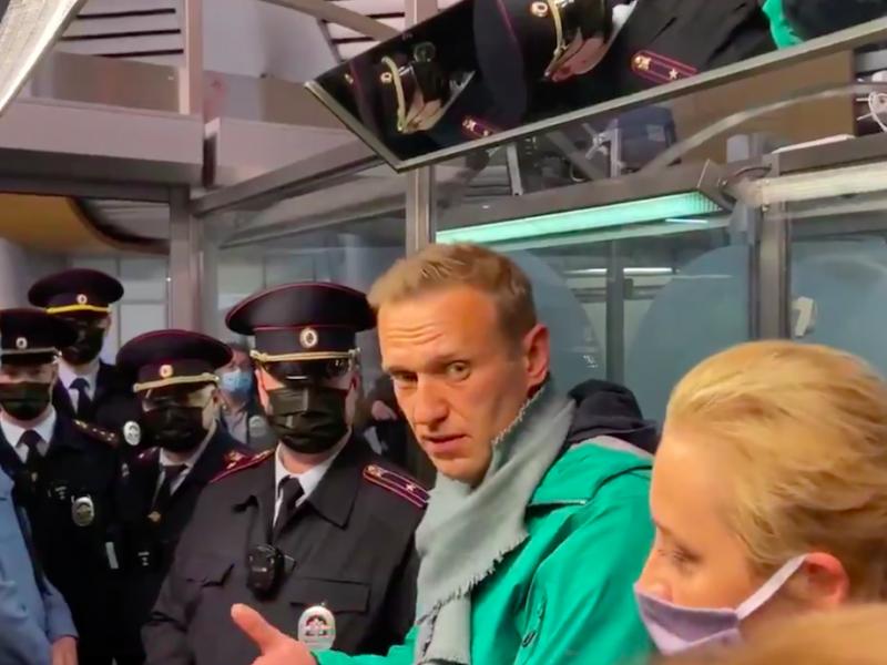 Aleksiej Nawalny podczas zatrzymania go na lotnisku Szeremietiewo w Moskwie, źródło: Twitter/Кира Ярмыш (@Kira_Yarmysh)