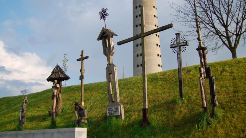 Krzyże pod wieżą telewizyjną w Wilnie upamiętniające ofiary wydarzeń ze stycznia 1991 r., źródło: Wikipedia, fot. sfu (CC BY-SA 3.0)