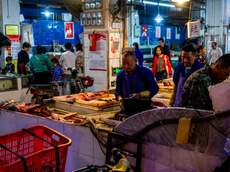Mokry targ w Wuhan, źródło: Wikipedia, fot. Skoleopgave1 (CC BY-SA 4.0)