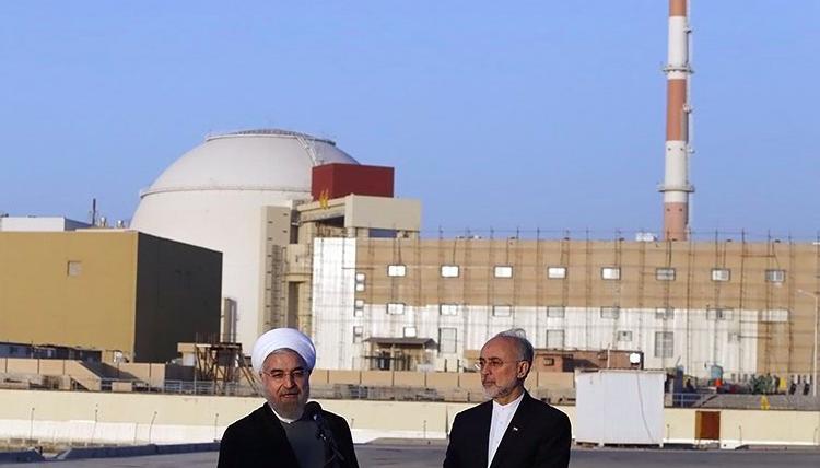 Prezydent Iranu Hassan Rouhani i dyrektor Organizacji Energii Atomowej Iranu Ali Akbar Salehi przed irańskąelektrownią jądrową Bushehr, źródło: Wikipedia/Tasnim News Agency, fot. Hossein Heidarpour (CC BY 4.0)