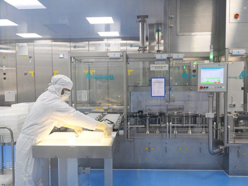 Produkcja szczepionek w zakładzie w Indiach, źródło: Twitter/Narendra Modi (@narendramodi)