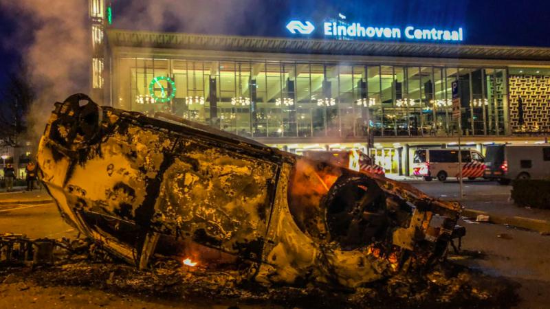 Skutki zamieszek wokół dworca w Eindhoven, źródło: Twitter/Video In Verzet (@videoinverzet)