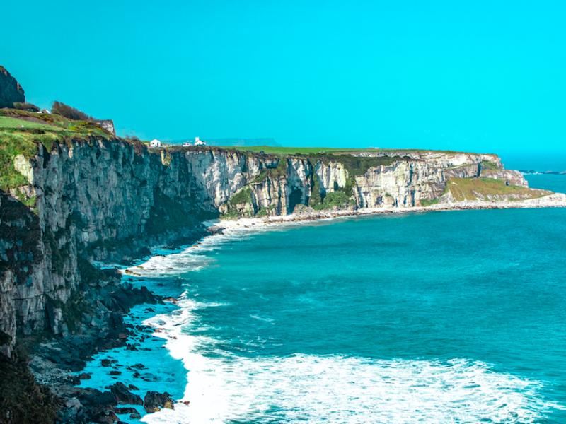 W Irlandii bardzo szybko przybywa nowych zakażeń koronawirusem (Photo by Sylvia Szekely on Unsplash)