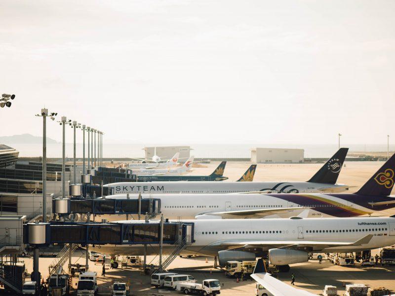 Rynek pasażerskich przewozów lotniczych zmalał przez pandemięo 60 proc. (Photo by CHUTTERSNAP on Unsplash)
