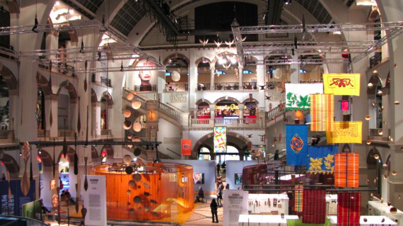Jedna z sal w Muzeum Tropikalnym w Amsterdamie, źródło: Wikipedia, fot. Ziko (CC BY-SA 3.0)