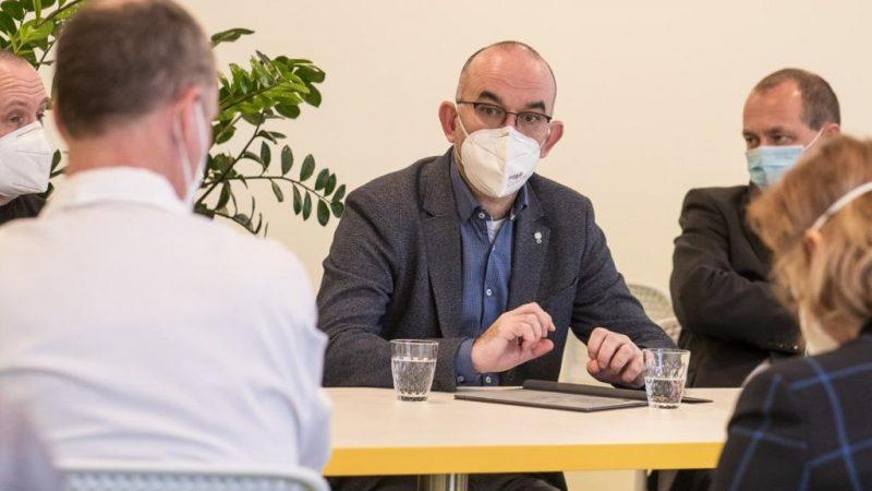 Minister zdrowia Czech Jan Blatny w maseczce FFP2, źródło: Twitter/Ministerstvo zdravotnictví (@ZdravkoOnline)