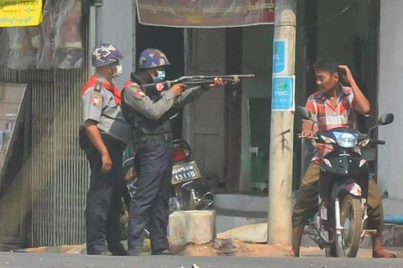 Policja w Birmie coraz częściej strzela do manifestantów, źródło: Twitter/linn tun oake (@TunOake)