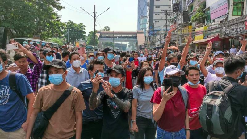 Protest na ulicy Rangunu, źródło: Twitter/Pan Ei Phyu ပန်းအိဖြူ (@Panhecticmom)