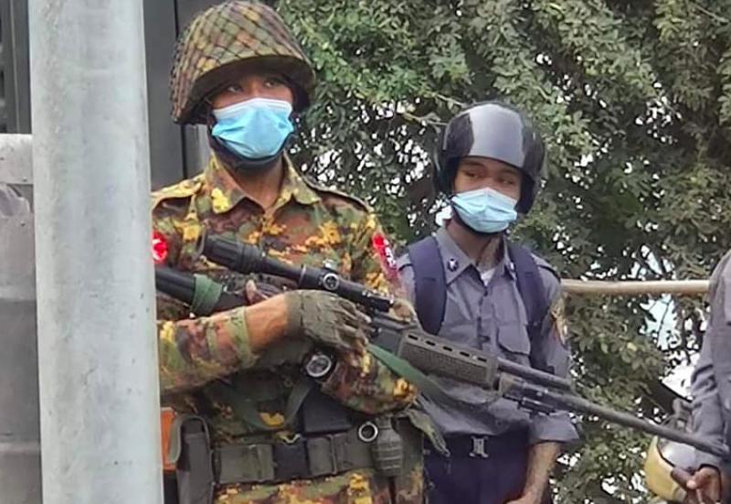Służby bezpieczeństwa w Birmie zaczęły wobec protestujących używać ostrej amunicji, żródło: Twitter/Wa Lone (@walone4)