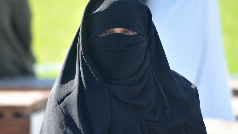 Szwajcarzy poparli w referendum zakaz noszenia burek i zasłaniania twarzy nikabem. Zdjęcie: SARA BELLUZZI/ Flickr