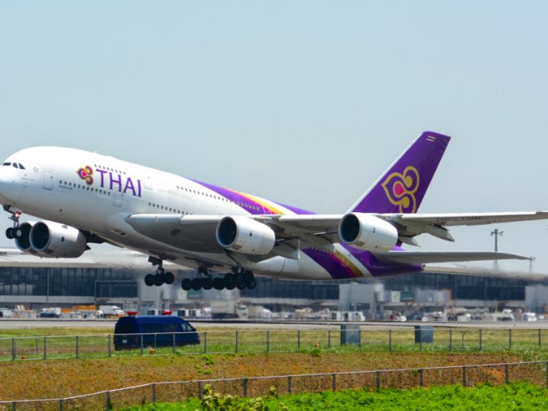 Airbus A380 z barwach Thai Airways. Z takich dużych maszyn spółka postanowiła właśnie zrezygnować, źródło: Wikipedia, fot. Masakatsu Ukon (CC BY-SA 2.0)