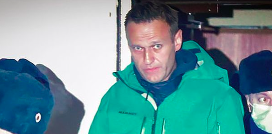 Aleksiej Nawalny w asyście policjantów, źródło: Instagram/Navalny