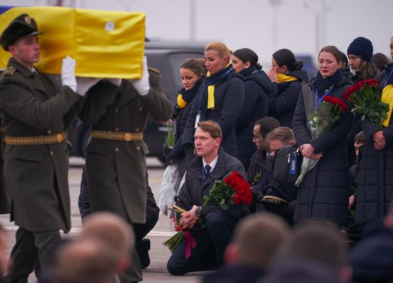 Ceremonia powitania trumien z ciałami ukraińskich ofiar katastrofy na lotnisku Boryspol niedaleko Kijowa, źródło: Адміністрація Президента України (CC BY 4.0)