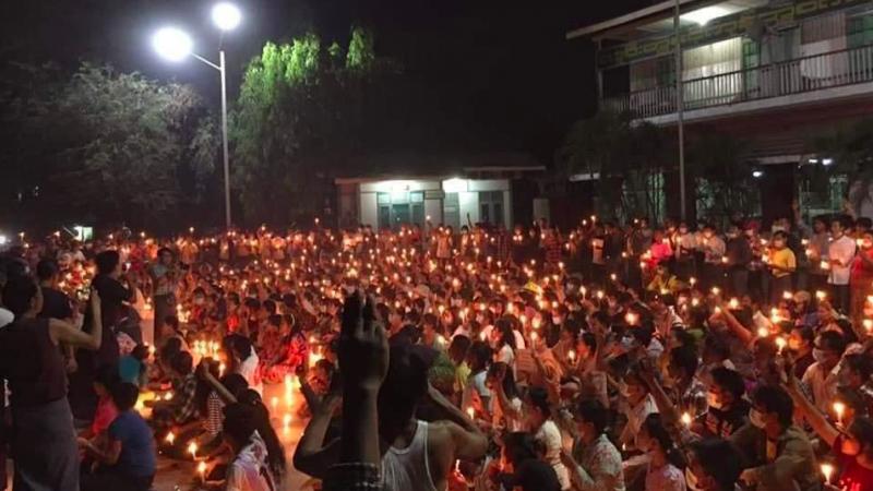 Jeden z protestów przeciw wojskowej juncie w Birmie, źródło: Twitter/ရိုနေဆန်းလွင် Ro Nay San Lwin (@nslwin)