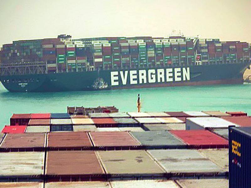 """Megakontenerowiec """"Ever Given"""" zaklinowany w Kanale Sueskim, źródło: Instagram/fallenhearts17"""