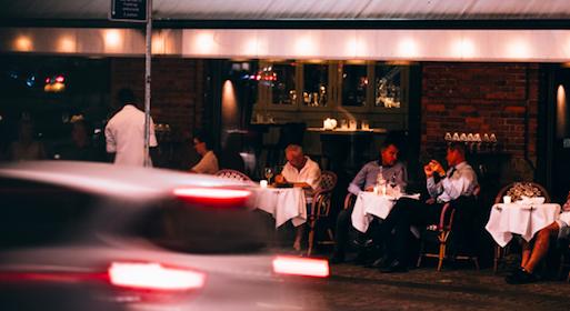 Restauracje w Sztokholmie, mimo pandemii, do niedawna funkcjonowały bez jakichkolwiek ograniczeń (Photo by Claude Gabriel on Unsplash)