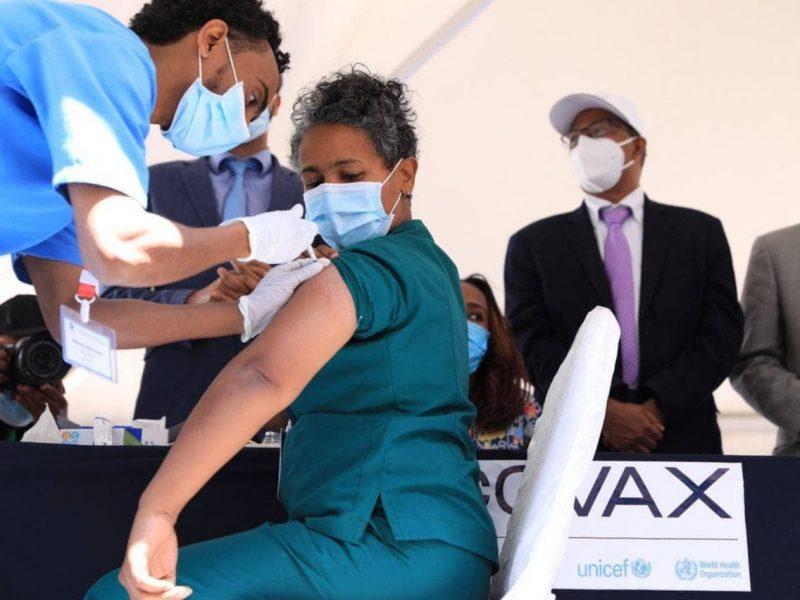 """Większość państw Afryki nie rozpoczęła jeszcze kampanii szczepień. Według szefa WHO """"dopóki pandemia szaleje w niektórych częściach świata, pozostaje ryzyko pojawienia się jeszcze bardziej niebezpiecznych wariantów koronawirusa""""."""