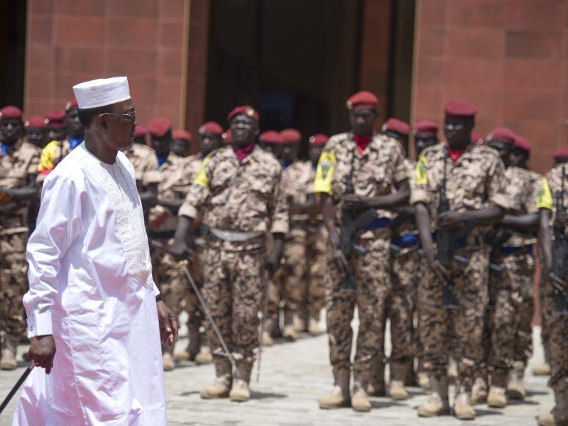 Prezydent Czadu Idriss Déby podczas wizyty w jednostce wojskowej. źródło: Fllickr/Paul Kagame (CC BY-NC-ND 2.0)