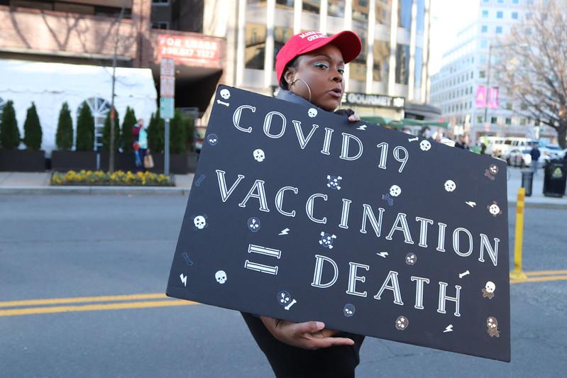 pandemia-dezinformacja-szczepienia-COVD19-fake-news-koronawirus-unia-europejska-AstraZeneca