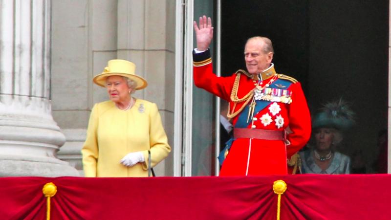 Królowa Elżbieta II i książęFilip na balkonie Pałacu Buckingham, źródło: Wikipedia, fot. Carfax2 (CC BY-SA 3.0)