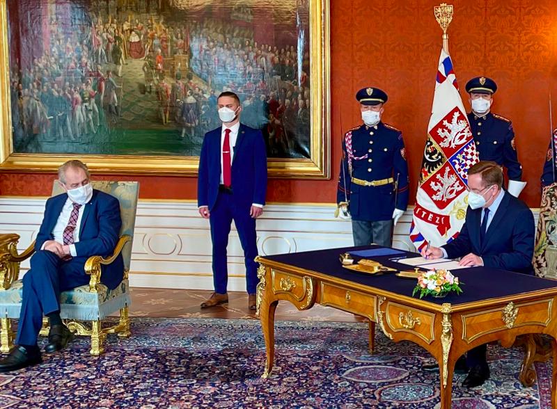 Petr Arenberger (przy biurku) podczas uroczystości odebrania nominacji na ministra zdrowia, źródło: Twitter/Petr Arenberger (@PArenberger)