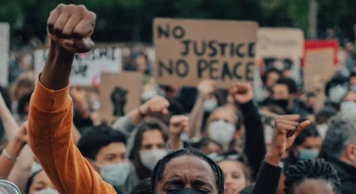 Protest przeciwko motywowanej rasowo policyjnej brutalności (Photo by Thomas de LUZE on Unsplash)