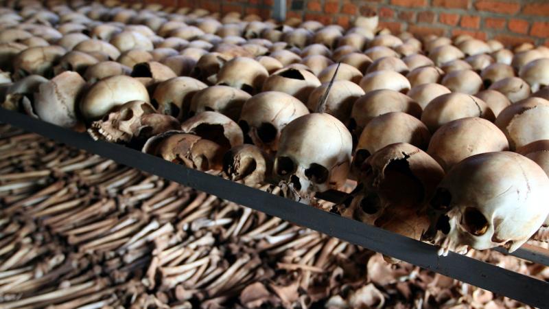 Szczątki bezimiennych ofiar w jednym z memoriałów ludobójstwa w Rwandzie, źródło: Flickr/DFID - UK Department for International Development, fot. Tiggy Ridley (CC BY-NC-ND 2.0)